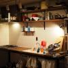 食後の片付けが終わったら無垢集成材のキッチンカウンターにたたずむ